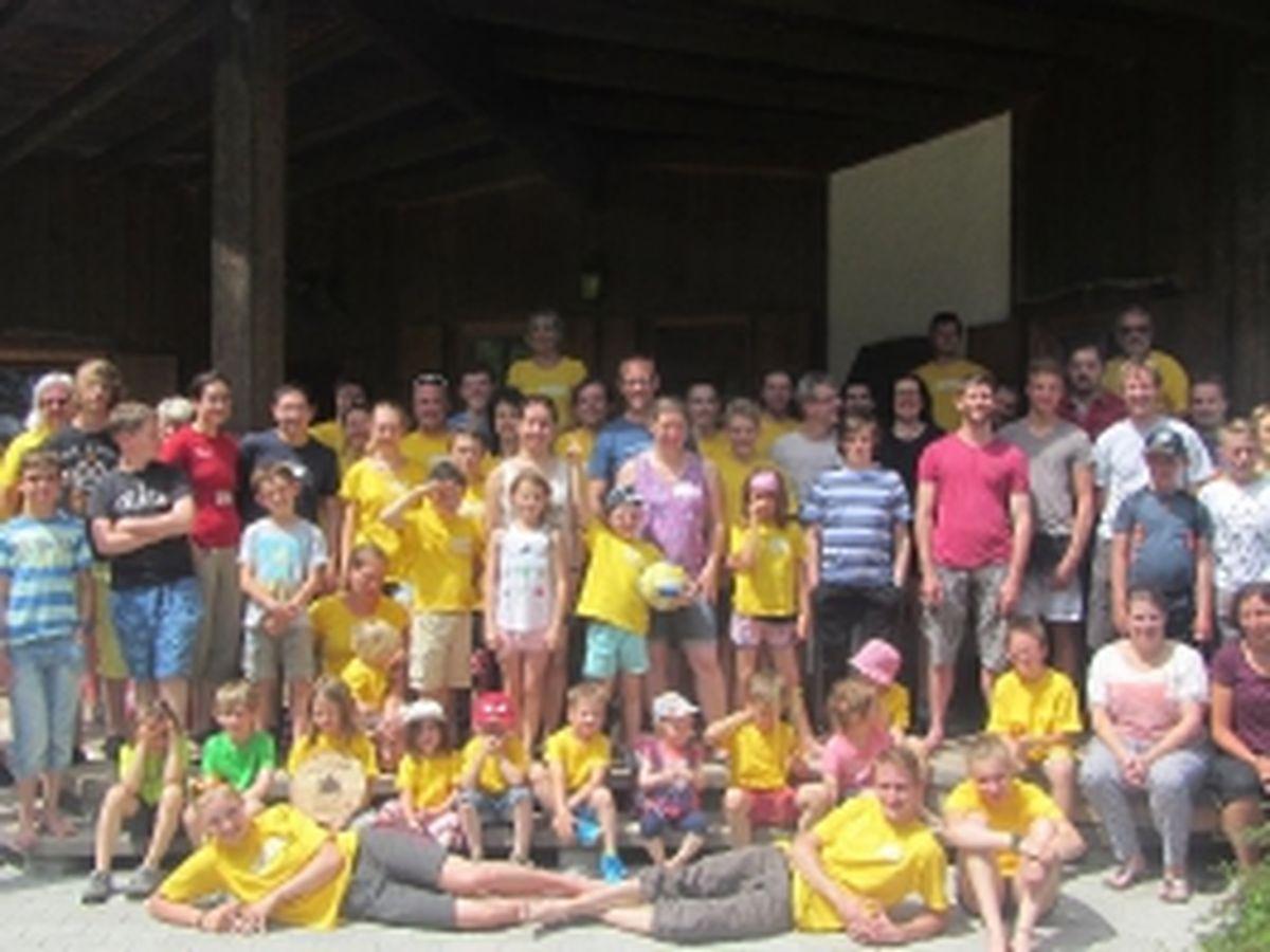 Gruppenbild der 80 Teilnehmer